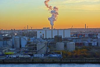 Blick von der Elbphilarmonie zum Shell-Tanklager