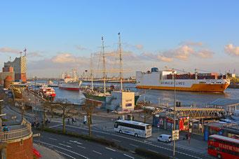 GRANDE ARGENTINA von GRIMALDI LINES passiert die St. Pauli Landungsbrücken am 10.03.2015