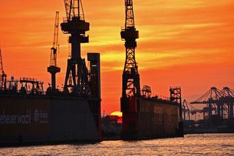 Hafen zum Sonnenuntergang mit der Sonne im Dock 11