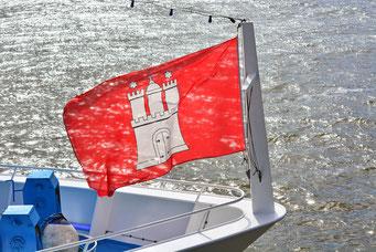 Stolz weht die Hamburger Fahne im Wind