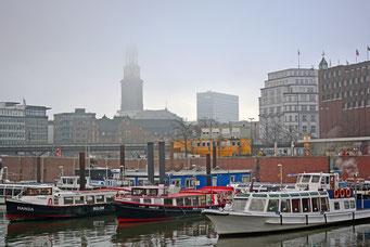 Michel im Nebel, gesehen vom Binnenschiffhafen