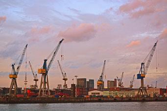 """Hamburger Hafen zum Sonnenuntergang (mit Fernsehturm """"am Hafenkran"""")"""