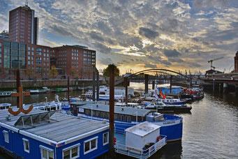 Binnenschiffhafen zum Sonnenuntergang
