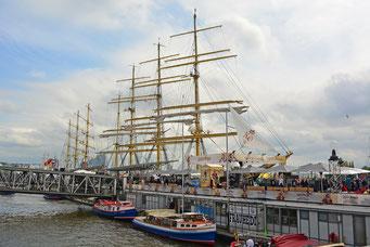 An den St. Pauli Landungsbrücken zum 828.Hamburger Hafengeburtstag