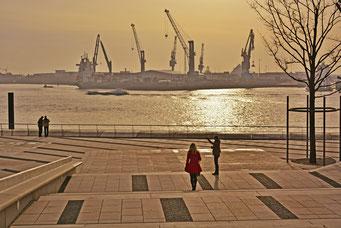 Blick über die Elbe von der Elbphilarmonie aus