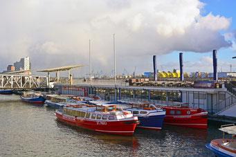 Barkassen an den St. Pauli Landungsbrücken vor dem Watergate