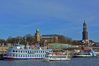 Schiffsbetrieb an den St. Pauli Landungsbrücken