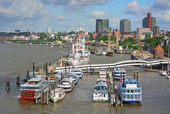Blick von der Elbphilarmonie über die Überseebrücke