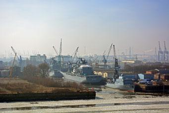 Winter im Hamburger Hafen, Marineschiffe in der Norderwerft
