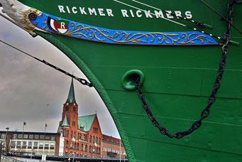 An der RICKMER RICKMERS mit Blick auf die Schwedische Gustav Adolf-Kirche