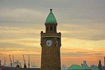 Uhren-/Pegelturm an Brücke 3 an den St. Pauli Landungsbrücken