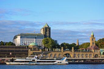 Fahrgastschiff HABSEATIC an den St. Pauli Landungsbrücken