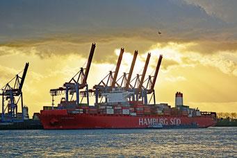 Hamburger Hafen (TERMINAL BURCHARDKAI) zum Sonnenuntergang