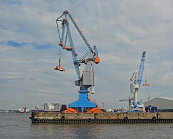 Alte Hafenkräne an der Einfahrt zum Hansahafen