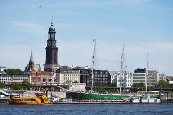 St. Pauli Landungsbrücken mit RICKMER RICKMERS u. Michel im Hintergrund