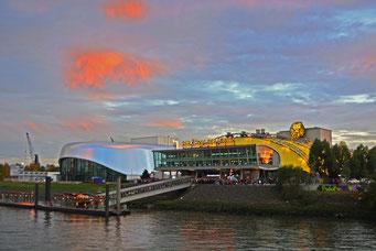 Hafentheater u. neues STAGE-Theater zum Sonnenuntergang