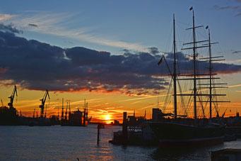 Zum Sonnenuntergang an den St. Pauli Landungsbrücken