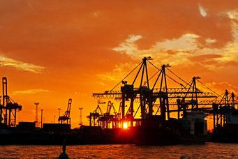 Hamburger Hafen zum Sonnenuntergang
