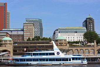 Fahrgastschiff HAMBURG an den St. Pauli Landungsbrücken