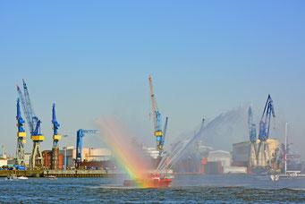 Feuerlöschboot zum 829.Hamburger Hafengeburtstag