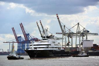 Mega-Yacht OCTOPUS beim Umdocken am 25.03.2014
