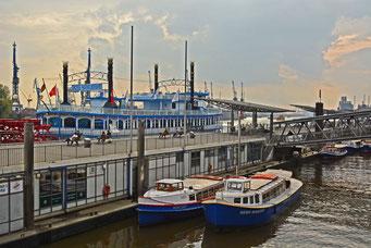 An den St. Pauli Landungsbrücken am WATERGATE