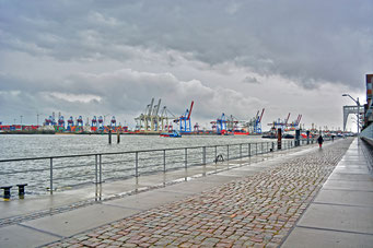 Bei Schietwetter am Altonaer Hafenrand