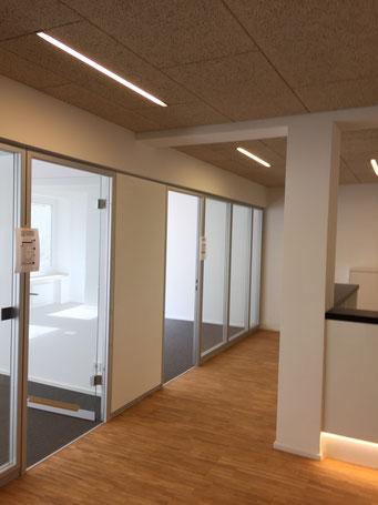 Projekt in Köln: Revitalisierung einer Büroetage. Holzwolle-Akustikdecken, Gipskarton-Trennwände, Glastüren, Holztüren, Bodenbeläge, Fliesen, Parkett und Malerarbeiten