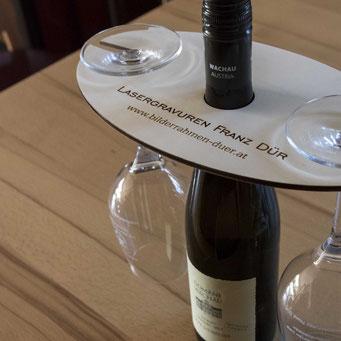Wein-Set mit zwei gravierten Weingläsern.