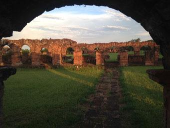 gut erhaltene Ruinen im Abendlicht