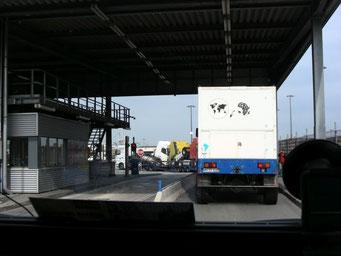 und fahren durch das grosse Einfahrtstor aufs Hafengelände