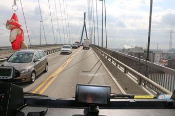wir fahren über die Brücke