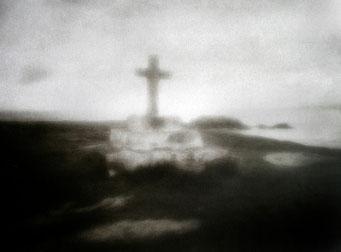 Ouessant, Croix de Saint Paul, 2005, tirage procédé FRESSON, format image 30x40cm, sous passe-partout 50x60cm, 1/5. © Annick Maroussy