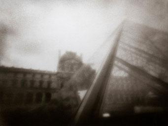Pyramide du Louvre, 2005, tirage procédé FRESSON, bichromie, Numéro 1/5, format image 30x40 cm. © Annick Maroussy