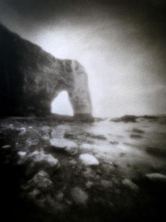 """Manneporte, 2002, """"Zone Plate"""", tirage au charbon, bichromie FRESSON, format image 30x40cm, montée sous passe partout 50x60cm, numéro 1/5. © Annick Maroussy"""