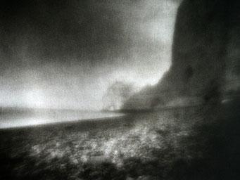 """Etretat, plage en amont,  2003, """"Zone Plate"""", tirage au charbon, bichromie FRESSON, format image 30x40cm, montée sous passe partout 50x60cm, numéro 1/5. © Annick Maroussy"""