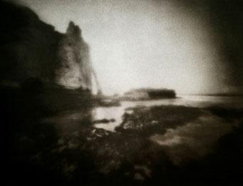 """Etretat, 2002, """"Zone Plate"""", tirage au charbon, bichromie FRESSON, format image 30x40cm, montée sous passe partout 50x60cm, numéro 2/5. © Annick Maroussy"""