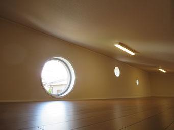 ロフト(大きさの異なる丸窓×3)