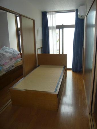 室内に短期入所用の部屋が3部屋あります。窓の位置や大きさがそれぞれで異なります。