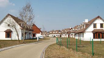 Osiedle domów szkieletowych wszystkie pokryte gontem bitumicznym CertainTeed model Landmark w kolorze Burnt Sienna