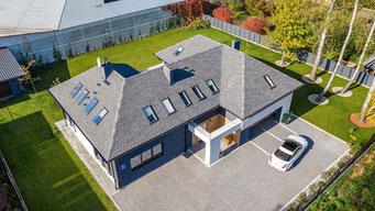 Dom parterowy otrzymał nowy dach Timberline Ultra HD Dual Shadow w kolorze Pewter Gray