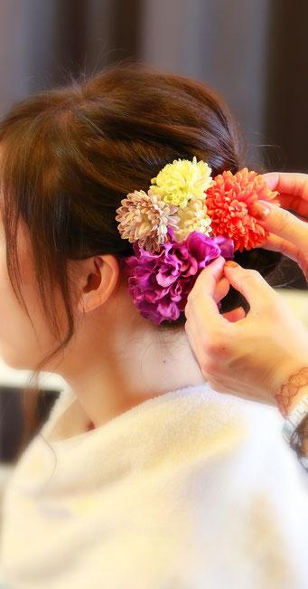 成人式前撮り撮影のお支度シーンの写真 髪飾りをつけている写真