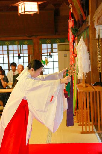 山梨県武田神社結婚式神殿にて巫女の舞を披露