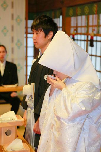 山梨県武田神社結婚式神殿にて三々九度の写真です 新郎新婦の緊張感が漂っています
