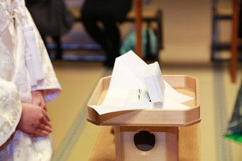 山梨県武田神社結婚式神殿にて指輪の交換