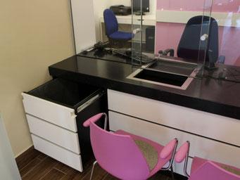 Schreibtisch mit Unterschrank und Sicherheitsglas