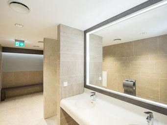 Umkleidebereich mit Bänken und Spiegel mit LED-Beleuchtung