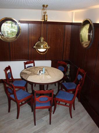 Stühle und Wandverkleidung