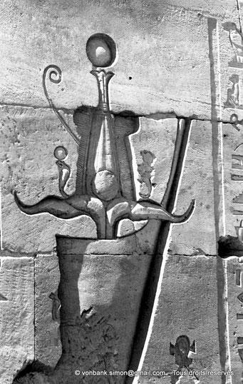 [NB076-1973-31] Philae : Temple d'Isis - Tête du pharaon Ptolémée XII Neos Dionysos (Détail de la façade du Pylône 1)