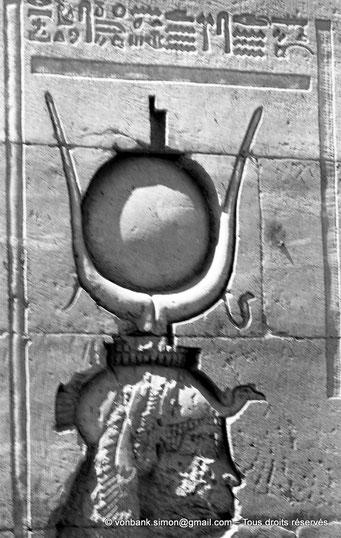 [NB076-1973-29] Philae : Temple d'Isis - Tête d'Isis (Détail de la façade du Pylône 1)